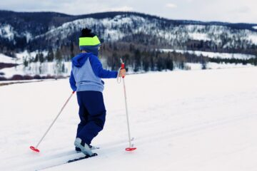 Kid on skiis