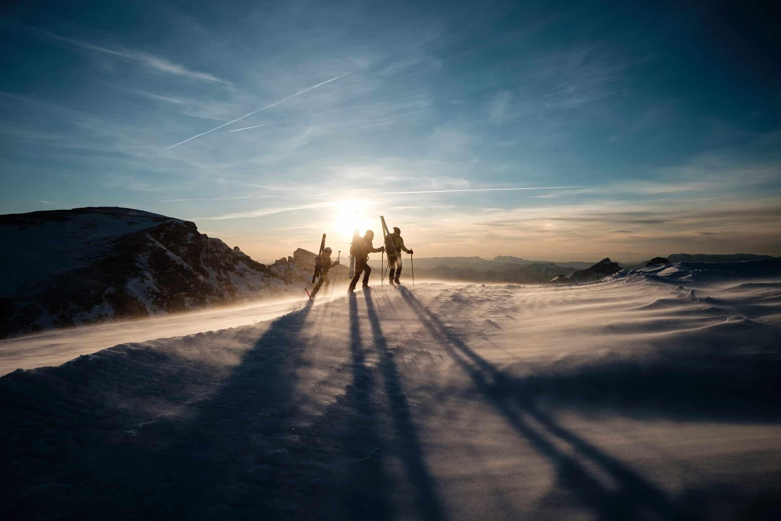 people burning calories skiing