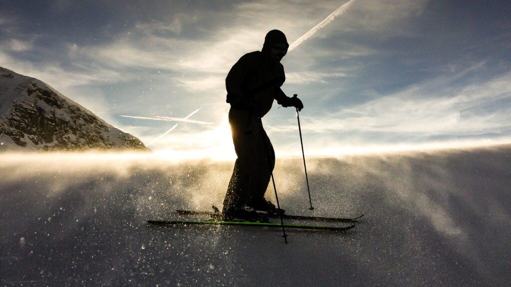 man on detuned skis