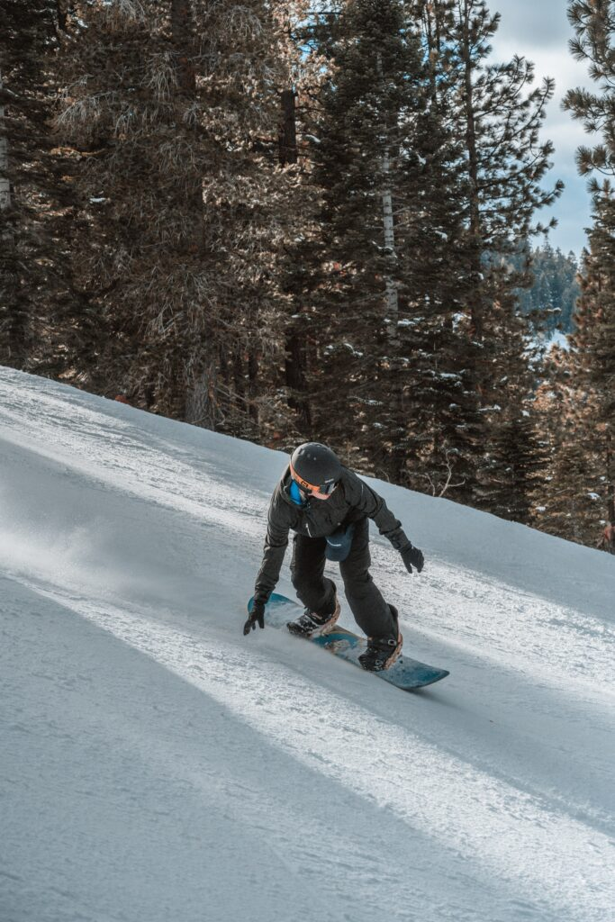 woman turning toeside on a snowboard